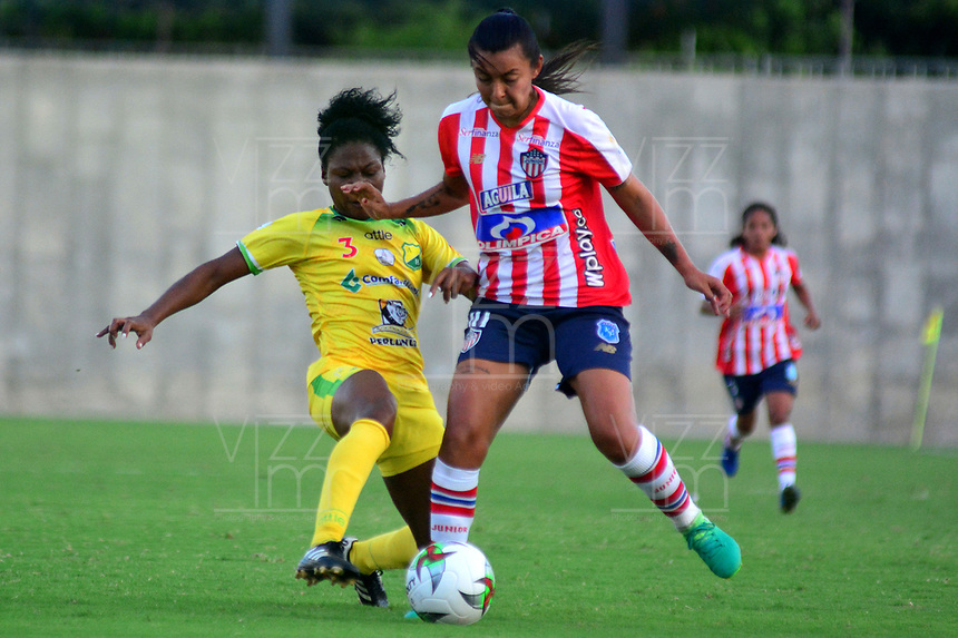 BARANQUILLA-COLOMBIA, 25-08-2019: Yorelis Rincón de Atlético Junior y Leivis Rincón de Atlético Huila disputan el balón, durante partido entre Atlético Junior y Atlético Huila de ida de los cuartos de final por la Liga Femenina Águila 2019  jugado en el estadio Metropolitano Roberto Meléndez de la ciudad de Barranquilla, / Yorelis Rincon of Atlético Junior and Leivis Rincon of Atletico Huila figth for the ball, during a match between Atletico Junior and Atletico Huila of the first leg of the quarter finals for the 2019 Women's Aguila League played at the Metropolitanao Roberto Melendez in Barranquilla city. / Photo: VizzorImage / Alfonso Cervantes / Cont.