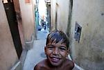 Menino em beco da favelas Alvorada. Conjunto de favelas do Alemão, Rio de Janeiro, Brasil.