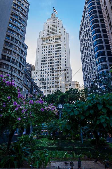 Edifício Altino Arantes  ao fundo, conhecido como Banespa e à direita o Edifício Martinelli, São Paulo - SP, 01/2014.