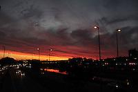 S&Atilde;O PAULO, SP,23.05.2015 - CLIMA-SP - Entardecer visto do bairro da Freguesia do &Oacute; zona norte da cidade de S&atilde;o Paulo,<br /> neste s&aacute;bado (23). (Foto: Marcio Ribeiro / Brazil Photo Press)