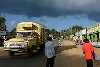 KENYA, Kisumu County, Kaimosi, shops along street sell goods / KENIA, Kaimosi, Laeden, Verkauf von Waren