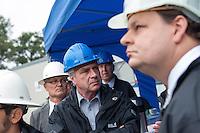 Erkundungsbohrung der Bayerngas GmbH im brandenburgischen Reudnitz.<br /> Die Bayerngas GmbH vermutet hier ein Erdgasvorkommen von bis zu 10 Milliarden Kubikmetern. Die Erkundungsbohrung soll bis zum Oktober 2014 laufen.<br /> Der Brandenburgische Wirtschaftsminister Ralf Christoffers (Linkspartei), Bildmitte, besuchte am Dienstag den 26.8.2014 die Bohrstelle.<br /> 26.8.2014, Reudnitz/Brandenburg<br /> Copyright: Christian-Ditsch.de<br /> [Inhaltsveraendernde Manipulation des Fotos nur nach ausdruecklicher Genehmigung des Fotografen. Vereinbarungen ueber Abtretung von Persoenlichkeitsrechten/Model Release der abgebildeten Person/Personen liegen nicht vor. NO MODEL RELEASE! Don't publish without copyright Christian-Ditsch.de, Veroeffentlichung nur mit Fotografennennung, sowie gegen Honorar, MwSt. und Beleg. Konto: I N G - D i B a, IBAN DE58500105175400192269, BIC INGDDEFFXXX, Kontakt: post@christian-ditsch.de<br /> Urhebervermerk wird gemaess Paragraph 13 UHG verlangt.]