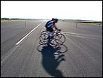 Nederland, Soesterberg, 02-06-2011 Voormalig vliegbasis Soesterberg is tijdens deze zonnige Hemelvaartsdag het domein van fietsers. Een enorm breed (tijdelijk) fietspad op de voormalige landingsbaan geeft de fietsers de ruimte. FOTO: Gerard Til / Hollandse Hoogte