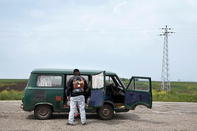 Vojvodina, Serbien, 07.05.2007: Die Insassen eines Minibusses machen Halt auf einer Landstrasse.<br />Vojvodina, Serbia, 07.05.2007: Occupants of a mini bus stopping on a highway.<br /><br /> [ CREDIT: www.throughmyeyes.de - Merlin Nadj-Torma - phone +49-177-8279119 - merlin@throughmyeyes.de ]