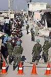 Terremoto en Haiti.  Entrega de ayuda humanitaria enCite Soleil, con la escolta de Marines de los Estados Unidos (EE.UU.) y de cascos azules de Naciones Unidas brasileños, es el barrio mas peligroso de Puerto Principe..After quake in Haiti, the population affected suffer the consecuences of the disaster