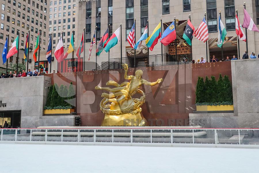 NOVA YORK, EUA, 08.10.2018 - PATINAÇÃO-NOVA YORK - Publico é visto patinando a pista de gelo do Rockefeller Center que abriu nesta segunda-feira, 08 para temporada outono / inverno na cidade de Nova York. (Foto: Vanessa Carvalho/Brazil Photo Press)