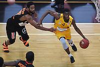 Basketball  1. Bundesliga  2016/2017  Hauptrunde  12. Spieltag  04.12.2016 Walter Tigers Tuebingen - ratiopharm Ulm Julian Washburn (re, Tigers) gegen Da Sean Butler (li, Ulm)