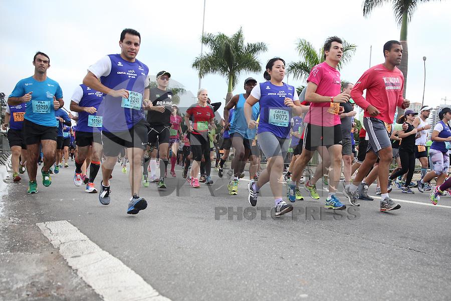 SÃO PAULO, SP - 17.05.2015 - MARATONA-SP - Corredores durante a XXI Maratona de São Paulo, que ocorre neste domingo 17 a corrida tem um percurso de 42km com sua largada e chegada no Parque do Ibirapuera, zona sul de São Paulo (Foto: Douglas Pingituro / Brazil Photo Press)