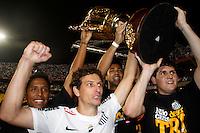 SÃO PAULO, SP,13 MAIO 2012 - CAMPEONATO PAULISTA - SANTOS x GUARANI FINAL Os jogadores Elano (e) e Rafael  do Santos  comemoran titulo de campeão paulista apos final da  partida Santos x Guarani válido pela final do Campeonato Paulista no Estádio Cicero Pompeu de Toledo (Morumbi), na região sul da capital paulista na tarde deste domingo (13). (FOTO: ALE VIANNA -BRAZIL PHOTO PRESS).