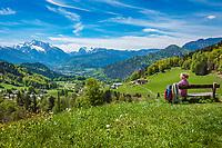Deutschland, Bayern, Berchtesgadener Land, bei Oberau (Berchtesgaden): Blick ueber Berchtesgaden in die Berchtesgadener Alpen mit Hochkalter 2.607 m (links) und Reiter Alpe - auch Reiter Alm genannt   Germany, Upper Bavaria, Berchtesgadener Land; near Oberau (Berchtesgaden): view across Berchtesgaden towards Berchtesgaden Alps with summits Hochkalter 2.607 m (left) and Reiter Alpe mountain range, also called Reiter Alm