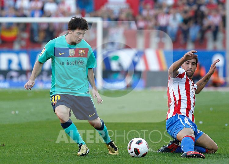Atletico de Madrid's Raul Garcia against Barcelona's Lionel Messi during La Liga match. September 19, 2010. (ALFAQUI/CID-FUENTES)