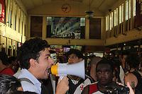RIO DE JANEIRO, RJ, 04 DE JANEIRO 2012 - MANIFESTAÇÃO PASSAGEM ONIBUS - Manifestação contra o aumento das passagens de onibus com inicio na Candelaria seguindo até a Central do Brasil na cidade do Rio de Janeiro a manifetação foi convocada via Faceboock. FOTO: BARBARA DE OLYVEYRAS - NEWS FREE.