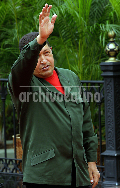 : Caracas,07/04/10 .Venezuela's President Hugo Chavez greets reporters at the Miraflores Palace, dressed in his distinctive green uniform, while awaiting the arrival of Uruguayan President Jose Mujica (not pictured).Caribe Focus/