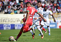 TUNJA -COLOMBIA, 22-10-2016. Mauricio Gomez (Izq) jugador de Patriotas FC disputa el balón con Carlos Perez (Der) jugador de Fortaleza CEIF durante partido por la fecha 17 de la Liga Águila II 2016 realizado en el estadio La Independencia en Tunja./ Mauricio Gomez (L) player of Patriotas FC fights for the ball with Carlos Perez (R) player of Fortaleza CEIF during match for the date 17 of Aguila League II 2016 at La Independencia stadium in Tunja. Photo: VizzorImage/César Melgarejo/Cont