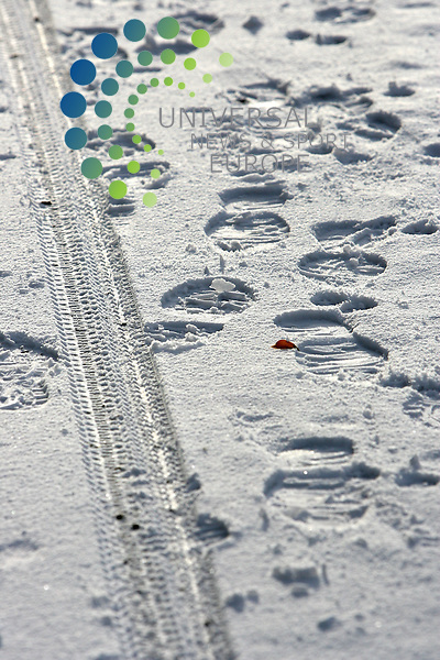 Footprints and Bicycle tracks in the snow; Olton Birmingham: Picture, Alan Spink, Universal News and Sport (England) 30th November 2010