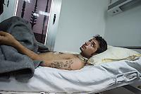 Sehid Xebat Hospital unter YPG-Verwaltung in Qamishli, Rojava/Syrien.<br /> Im Bild: Ein Kaempfer der YPG wurde in Kobane in die Lunge gschossen. Dabei wurden die Nerven des rechten Arm zerstoert. Eine weitere Kugel verletzte ihn schwer am Hals.<br /> 14.12.2014, Qamishli/Rojava/Syrien<br /> Copyright: Christian-Ditsch.de<br /> [Inhaltsveraendernde Manipulation des Fotos nur nach ausdruecklicher Genehmigung des Fotografen. Vereinbarungen ueber Abtretung von Persoenlichkeitsrechten/Model Release der abgebildeten Person/Personen liegen nicht vor. NO MODEL RELEASE! Nur fuer Redaktionelle Zwecke. Don't publish without copyright Christian-Ditsch.de, Veroeffentlichung nur mit Fotografennennung, sowie gegen Honorar, MwSt. und Beleg. Konto: I N G - D i B a, IBAN DE58500105175400192269, BIC INGDDEFFXXX, Kontakt: post@christian-ditsch.de<br /> Bei der Bearbeitung der Dateiinformationen darf die Urheberkennzeichnung in den EXIF- und  IPTC-Daten nicht entfernt werden, diese sind in digitalen Medien nach §95c UrhG rechtlich geschuetzt. Der Urhebervermerk wird gemaess §13 UrhG verlangt.]