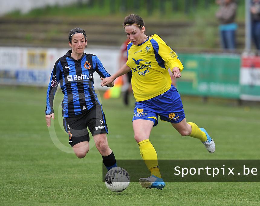 Club Brugge Dames - STVV Sint Truidense VV : Elke Meers aan de bal voor Lore Dezeure (l).foto DAVID CATRY / Nikonpro.be