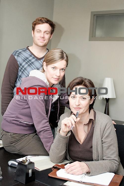 Das Duo, Folge 14, Liebestod (AT)<br /> <br /> ZDF Auftragsproduktion<br /> <br /> <br /> <br /> Hauptkommissarin Clara Hertz (Lisa Martinek, Mitte) und Hauptkommissarin Marion Ahrens (Charlotte Schwab, vorn) und ihr neuer Mitarbeiter, Kriminalassistent Frank DŁblin (Bernhard Piesk).<br /> <br /> <br /> <br /> <br /> <br /> <br /> <br /> Foto &copy; nordphoto / Volker Sarbach<br /> <br />  *** Local Caption *** Foto ist honorarpflichtig! zzgl. gesetzl. MwSt.<br /> <br /> Belegexemplar erforderlich<br /> <br /> Adresse: nordphoto<br /> <br /> Georg-Reinke-Strasse 1<br /> <br /> 49377 Vechta
