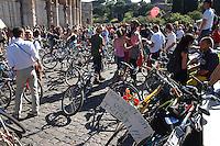 Roma 27 Maggio 2006..Critical Mass .Coincidenza organizzata di ciclismo critico urbano..Rome May 27, 2006..Critical Mass .Organized coincidence of critical urban cycling..