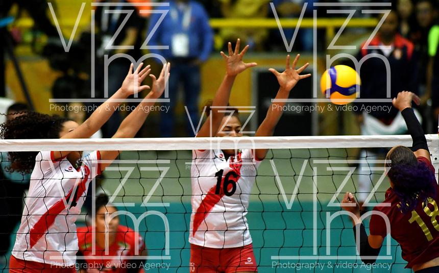BOGOTÁ-COLOMBIA, 09-01-2020: Maricarmen Guerrero y Leslie Leyva de Perú, intentan un bloqueo al ataque de balón a Alejandra Arguello de Venezuela, durante partido entre Perú y Venezuela, en el Preolímpico Suramericano de Voleibol, clasificatorio a los Juegos Olímpicos Tokio 2020, jugado en el Coliseo del Salitre en la ciudad de Bogotá del 7 al 9 de enero de 2020. / Maricarmen Guerrero and Leslie Leyva from Peru, trie to block the attack the ball to Alejandra Arguello from Venezuela, from Venezuela, during a match between Venezuela and Peru, in the South American Volleyball Pre-Olympic Championship, qualifier for the Tokyo 2020 Olympic Games, played in the Colosseum El Salitre in Bogota city, from January 7 to 9, 2020. Photo: VizzorImage / Luis Ramírez / Staff.