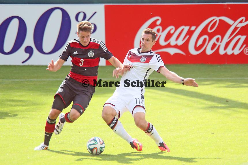 Miroslav Klose gegen Christian Günter (U20) - Testspiel der Deutschen Nationalmannschaft gegen die U20 zur WM-Vorbereitung in St. Martin