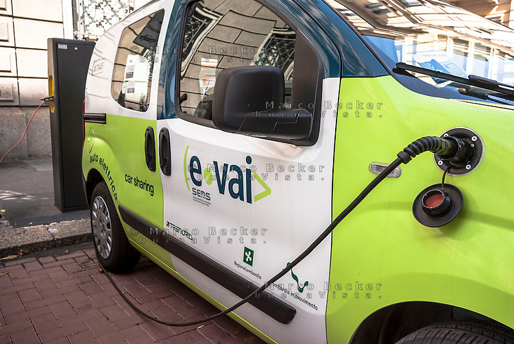 "Milano, car sharing e-vai. Una vettura elettrica in carica presso una colonnina di ricarica a2a --- Milan, ""e vai"" car sharing. An electric vehicle at a charging column"