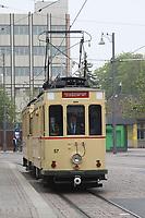 Historischer Triebwagen 57 der HEAG fährt am Hauptbahnhof ein - 08.04.2017: Historische Straßenbahn der HEAG fährt durch Darmstadt