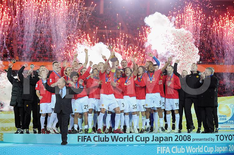 Fussball International FIFA Club WM Japan 2008     21.12.2008 Finale Liga de Quito - Manchester United FIFA Praesident Joseph S. Blatter nach Uebergabe des  Pokals an Kapitaen Rio Ferdinand (ManU)