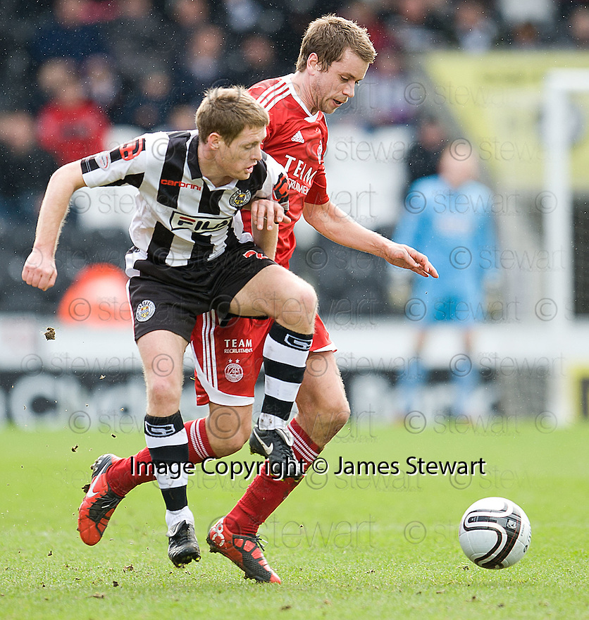 ST MIRREN'S DAVID VAN ZANTEN AND ABERDEEN'S KARI ARNASON  CHALLENGE FOR THE BALL