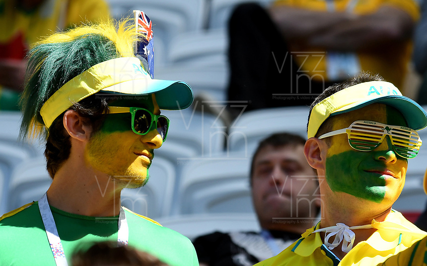 KAZAN - RUSIA, 16-06-2018: Hinchas de Australia animan a su equipo durante el encuentro de la fase de grupos entre Francia y Australia por la Copa Mundo FIFA 2018 Rusia. / Fans of Australia cheer for their team during the group phase match between France and Australia as part of the 2018 FIFA World Cup Russia. Photo: VizzorImage / Julian Medina / Cont