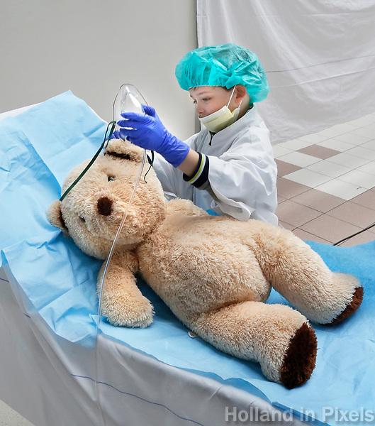 Nederland Amsterdam 2017 . Teddy Bear Hospital in het AMC ziekenhuis.  ( Foto mag niet in negatieve context gebruikt worden ). Teddy Bear Hospital (TBH) is één van de grootste projecten van IFMSA-NL. Het TBH is een rollenspel. Dat houdt in dat kleuters van vier t/m zes jaar hun beer of een andere knuffel meenemen naar een nagebootst ziekenhuis. Geneeskundestudenten spelen voor arts en behandelen de knuffels. Het doel van Teddy Bear Hospital is om kinderen op een speelse manier kennis te laten maken met de gezondheidszorg, om zo de angst voor dokters en het ziek-zijn enigszins weg te nemen. Bovendien leert het medische studenten om te gaan met kinderen en trainen ze hun communicatieve vaardigheden. De beer krijt verdoving toegediend. Foto Berlinda van Dam / Hollandse Hoogte