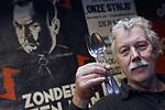 Foto: VidiPhoto<br /> <br /> ARNHEM &ndash; Gelderland bezit niet alleen de Muur van Mussert, maar nu ook het bestek van de NSB-leider. Het Arnhems Oorlogsmuseum 40-45 heeft het etensgerei van de landverrader uit de Tweede Wereldoorlog deze week toegevoegd aan de toch al unieke museumcollectie, waar bank en typemachine uit de bunker van Hitler, de volkswagen van mevrouw Seyss-Inquart en de leren jas van Sepp Dietrich ook deel van uitmaken. Het zilveren bestek, met op twee exemplaren daarvan een &ldquo;M&rdquo; (van Mussert) als inscriptie, is geschonken door een vrouw uit Belgi&euml;. Haar vader werd &lsquo;eigenaar&rsquo; van het tafelzilver toen hij na de oorlog de woning van Mussert moest leegruimen. Door alle publiciteit rond het Arnhemse oorlogsmuseum de laatste maanden, krijgt eigenaar Eef Peeters veel oorlog gerelateerde schenkingen van particulieren uit het hele land. Daaronder ook een Norton-motor van de Nazi&rsquo;s, opgegraven in het Reichswald. Volgens Peeters is het persoonlijke setje bestek van Mussert &ldquo;uniek en onbetaalbaar.&rdquo; Foto: Eef Peeters toont donderdag het geschonken bestek van Mussert. Op de achtergrond een afbeelding van de NSB-leider.