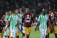 MEDELLÍN -COLOMBIA-16-02-2014. Fernando Uribe (Izq) de Atlético Nacional discute con Jhony Cano Barrios (C) del Deportes Tolima durante partido por la fecha 5 de la Liga Postobón I 2014 jugado en el estadio Atanasio Girardot de la ciudad de Medellín./ Atletico Nacional Player Fernando Uribe (L) fights for the ball with Deportes Tolima player Jhony Cano Barrios (C) during match for the fifth date of the Postobon League I 2014 at Atanasio Girardot stadium in Medellin city. Photo: VizzorImage/Luis Ríos/STR