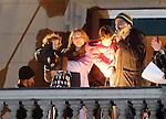 TENIS, BEOGRAD, 06. Dec. 2010. - Nenad Zimonjic sa porodicom. Vise hiljada gradjana se okupilo veceras ispred Starog dvora kako bi pozdravili tenisere Srbije i strucni stab - povodom osvajanja Dejvis kupa. Foto: Nenad Negovanovic