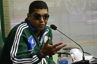 ATENÇÃO EDITOR: FOTO EMBARGADA PARA VEÍCULOS INTERNACIONAIS. SAO PAULO, 14 DE SETEMBRO DE 2012 - TREINO PALMEIRAS -  Narciso, técnico sub-20 do Palmeiras, que comanda o time apos a saida de Luiz Felipe Scolari, durante coletiva de imprensa no CT do clube, na regiao oeste da capital, na tarde desta sexta feira. FOTO: ALEXANDRE MOREIRA - BRAZIL PHOTO PRESS