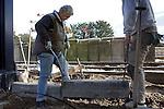 Bouw > GWW.Stratenmakers tillen steenbalken recht..© Ton Borsboom.steekwoorden: Nederland, editorial, bouw, bouwindustrie, bouwnijverheid, gww, tillen, zwaar, rug, pensioen, WAO, belasting, arbo, mannen, senior,