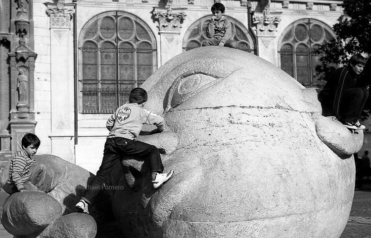 10.2010 Paris (&icirc;le de france)<br /> <br /> Enfants jouant sur une statue monumentale devant l'&eacute;glise Saint Eustache.<br /> <br /> Children playing on a monumental statue in front of the church of Saint Eustache.