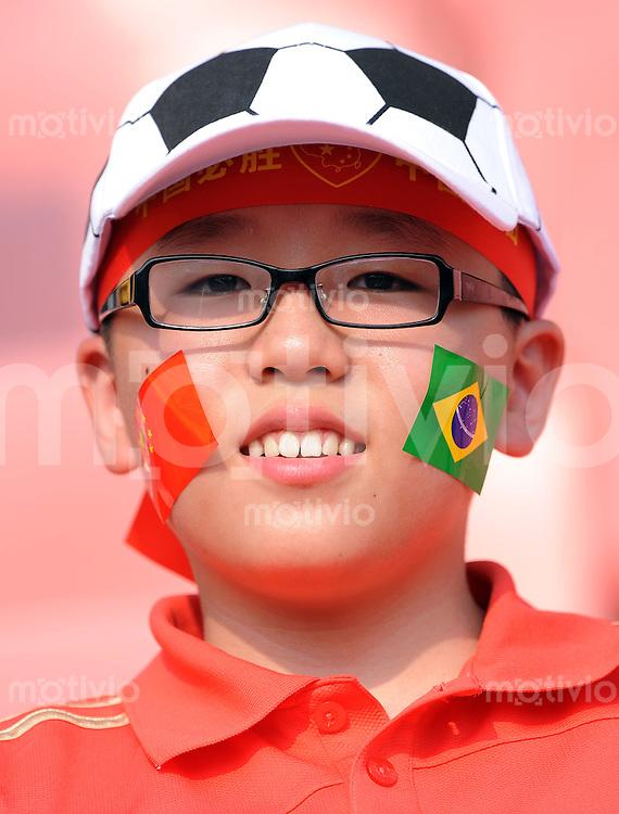 Olympia 2008  Peking  Fussball  Frauen   12.08.2008 Nigeria - Brasilien Ein junger chinesischer Fan freut sich auf das Spiel.