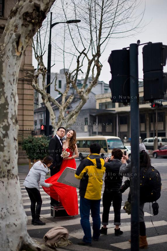 Hangzhou,Cina, 3 Marzo, 2015. Una coppia di sposi durante il servizio fotografico.<br /> Young wedded during the photo section in the center of Hangzhou