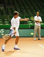 17-9-07, Rotterdam, Daviscup NL-Portugal, training,onder toeziend oog van Captain Jan Siemerink traint de als een raket op de wereldranlijst getegen Jesse Huta Galung zich in het zweet