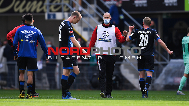 Nach dem Spiel: v.l. Sebastian Schonlau (SC Paderborn #13),  Athletiktrainer Felix Sunkel (Paderborn) und Laurent Jans (SC Paderborn #20), <br />