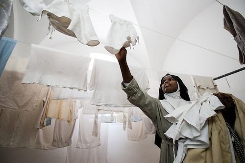 Jerusalem, mai 2011. Monastere des Clarisses de Jerusalem. Une soeur s'occupe du linge.