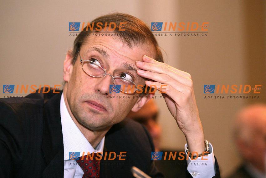 Roma 1 Marzo 2003<br /> Conferenza Nazionale DS<br /> &quot;Reagire al declino economico dell'Italia&quot;<br /> Il segretario DS Piero Fassino