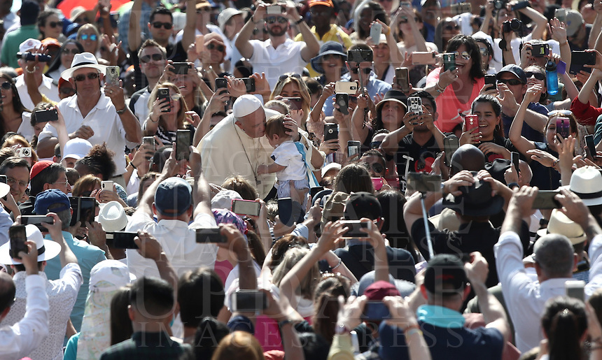 Papa Francesco bacia un bambino al suo arrivo all'udienza generale del mercoledi' in Piazza San Pietro, Citta' del Vaticano, 20 giugno, 2018.<br /> Pope Francis kisses a child as he arrives to lead his weekly general audience in St. Peter's Square at the Vatican, on June 20, 2018.<br /> UPDATE IMAGES PRESS/Isabella Bonotto<br /> <br /> STRICTLY ONLY FOR EDITORIAL USE