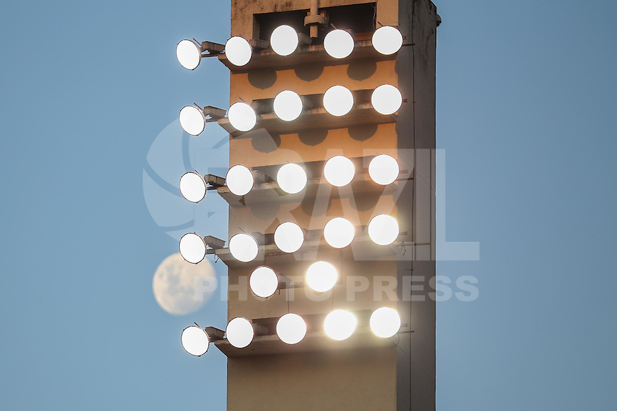 SÃO PAULO,SP, 20.03.2016 - LUA-SP - Lua na sua fase crescente é vista a partir do estádio Paulo Machado de Carvalho, o Pacaembu neste domingo, 20. (Foto: William Volcov/Brazil Photo Press/Folhapress)