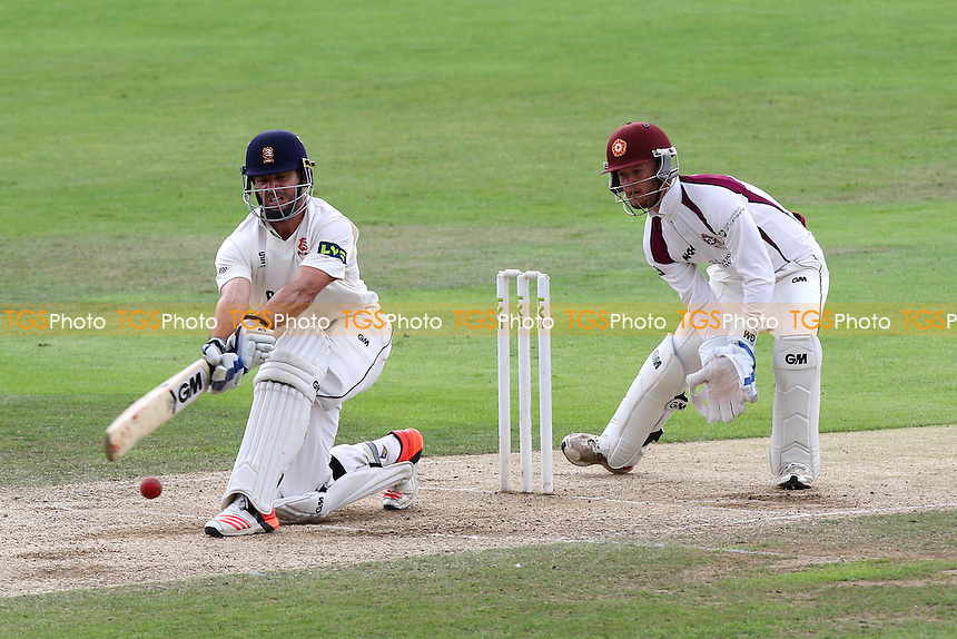 Ryan ten Doeschate hits four runs for Essex CCC as Ben Duckett looks on from behind the stumps