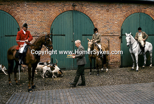 'QUANTOCK STAG HOUNDS', QUANTOCK, SOUTH SOMERSET THE 'LAWN MEET' AT BAGBOROUGH HOUSE THE LAST MEET OF THE 1997 SEASON. Philip Brooke-Popham serving stirrup cut.