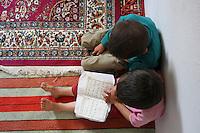 TURCHIA Kurdistan  Dogubayazit  Scuola coranica, due bambini seduti studiano. Vista dall'alto
