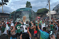 Campinas (SP), 16/03/2020 - Guarani-Ponte Preta - Torcedores do Guarani na chegada do onibus da equipe no estadio Brinco de Ouro, nesta segunda-feira (16), em partida contra a Ponte Preta pelo Campeonato Paulista. A partida tera portoes fechados devido a determinacao em protecao a transmissao do Coronavirus (Covid-19). (Foto: Luciano Claudino/Codigo 19/Codigo 19)