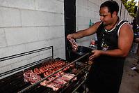 SAO PAULO, SP, 01 SETEMBRO 2012 - CHURRASCO ITAQUERAO - Operarios comemoram o aniversario de 102 anos do Corinthians na tarde desse sabado com churrasco em frente a portaria do estadio do Corinthians na regiao leste da capital paulista, neste sabado, 01. (FOTO: VANESSA CARVALHO / BRAZIL PHOTO PRESS).